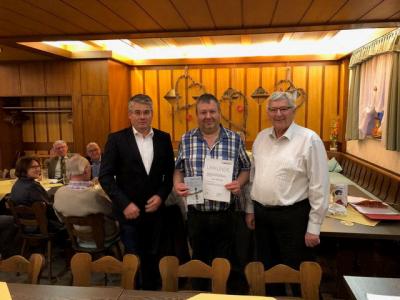 MdL Winfried Mack überreichte im Beisein des 1. Vorsitzenden Werner Frank für 25jährige Mitgliedschaft eine Urkunde sowie die Ehrennadel in Gold zusammen mit einem handsignierten Buch von Ministerpräsident a.D. Erwin Teufel